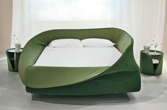 """מיטה זוגית מעוצבת Col-letto  מיטה איטלקית מודרנית המשנה לחלוטין את צורתה בקלות ובמהירות  מיטה איטלקית מעוצבת Col-letto  Col-letto עוצבה על-ידי נוסא ג'לנץ' באיטליה ב-2009. סביב המיטה יש טבעת קצף רך אותה ניתן לקפל מטה או להרים למעלה, בדומה לצווארון. בזכות זאת, ניתן לשנות בקלות ובמהירות את עיצוב המיטה לשלל צורות מעניינות ומיוחדות. אם רוצים, ניתן להרים את המעטפת עד הסוף ובכך ליצור חציצה ויזואלית ואקוסטית מהעולם ולהפוך את המיטה לקן רך ומלטף. המיטה מגיעה במגוון רחב של צבעים עזים ושמחים כגון אדום, כחול, ירוק וצהוב.  מידות מזרון: אורך 200 ס""""מ, רוחב 100/120/152/160/180 ס""""מ  מידות ברוטו: אורך 211 ס""""מ, רוחב 111/131/163/171/191 ס""""מ"""