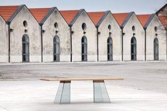 שולחן אוכל Artik מבית Domitalia  שולחן אוכל מודרני בשילוב של עץ אלון גושני ורגלי זכוכית  Artik שולחן אוכל מודרני וייחודי , מבית היוקרה האיטלקי Domitalia .  מידות : 2.00/1.00מ' או 2.40/1.00 מ'.