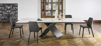 AX מבית Bonaldo איטליה  שולחן בעיצוב מודרני בשילוב של רגל מרכזית פיסולית ומשטח קרמי או זכוכית לבחירה.