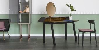 """שולחן כתיבה Tolda  שולחן רב שימושי בשילוב עבודת עץ וציפוי עור  Tolda בעיצוב ניאו רומנטי . מראה המתכווננת חושפת את ההשראה של הטואלט הקלאסי שאנחנו מכירים., עכשיו בעיצוב חדש ועכשווי מבית היוקרה האיטלקי Miniforms .  מידה : 1.41×0.70 מ' גובה 1.37 ס""""מ"""