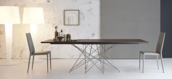 """שולחן פינת אוכל קבוע בעל רגליים מרשימות Octa  שולחן פינת אוכל אלגנטי ויוצא דופן המתאפיין ב""""אי סדר מאורגן"""" ופיסול במתכת ברמה גבוהה"""
