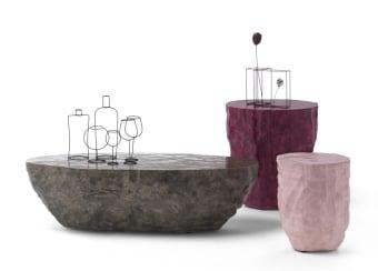 שולחן בעיצוב ייחודי  Rocks זמין בצבעים ומידות לבחירה  Rocks הוא אוסף של שולחנות קפה שתוכננו על ידי Uto Balmoral . עשויים משרף בעבודת יד, וזמינים בשלושה גדלים שונים וארבעה גימורים. צורתו מזכיר אבן מסיבית מפוסלת , עם מגע של אירוניה הודות לאפשרות לבחור צבעים נועזים . תהליך הייצור בעבודת יד, ולכן אין שולחן זהה לשני , כל אחר יחודי בפני עצמו. מידות: cm 35x35x43H/ 50x55x57H/ 120x55x35H