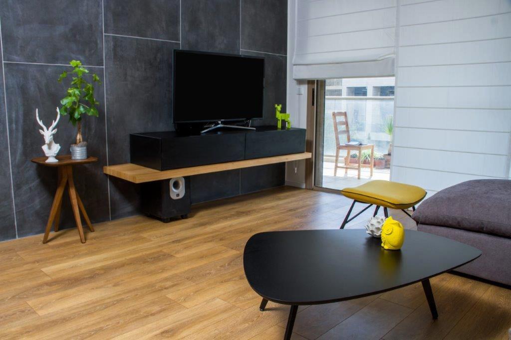 עיצוב הסלון בפלטת צבעים של שחור, עץ, סגול ולבן