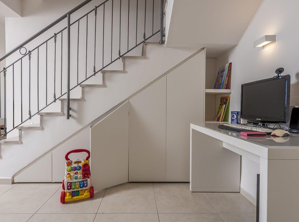 שימוש באזור המדרגות כמקום אפסון לדברי המשרד ויצירת פינת עבודה