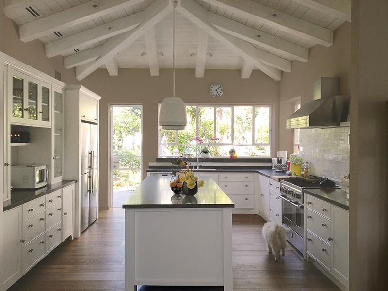 מטבח כפרי עם קורות עץ לבנים בתקרה המתאימים למטבח הלבן