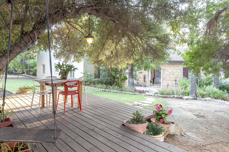 בחצר בנינו פינת ישיבה על דק. הפינה נמצאת מתחת לעץ זית עתיק, ומרוחקת מעט מהבית , כדי שאפשר יהיה להינות מהמראה היפה שלו ממרחק!