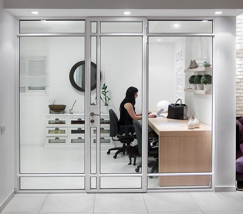חדר עבודה עם קיר דלתות שקופות לנטרול הרעש