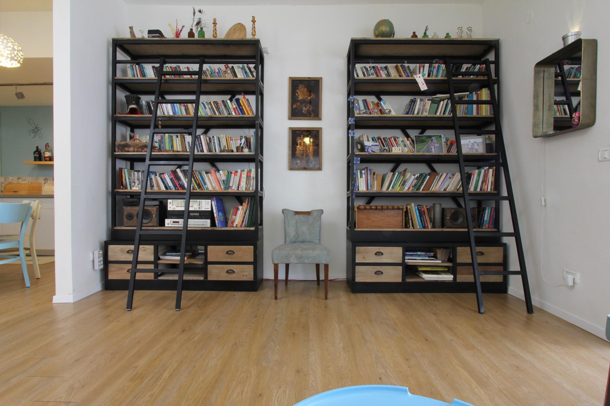 הספריות בשילוב הספרים מודגשים בחלל המרכזי.
