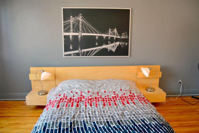 Chambre décorée meublée d un lit queen