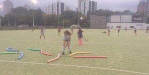 Isolant facilitó materiales para el Club Municipal de Vicente López. Estos elementos los utilizan las niñas para el entrenamiento en diferentes modalidades de hockey.