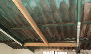 De esta manera, las vigas junto a las clavaderas, arman una cuadrícula en el techo para la membrana se pueda sujetar sin problemas.