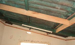 Se debe armar un bastidor con listones de 2x1 en todo el perímetro de la habitación a la misma altura de la viga.