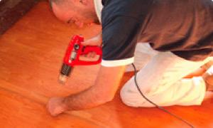Sugerimos unir por termosoldado (pistola de aire caliente a la mínima potencia) 2 ó 3 rollos de Isolant Cedro® en el suelo, antes de instalar en el techo, para facilitar el trabajo en altura.