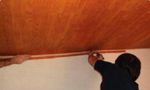 Comenzar a fijar Isolant Cedro® desde abajo al bastidor con listones yeseros.
