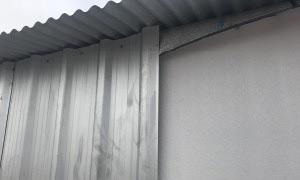 ENCUENTRO TECHO/PARED:  En caso de existir otro material en el techo, este se plegará hacia abajo entre el bloque y la chapa, obteniendo así un Galpón cerrado y sellado en su totalidad.