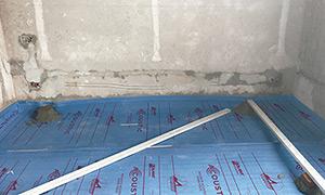 Empezando por un lateral de la habitación, coloque a lo largo de la misma el primer rollo de Contrapiso Flotante ACOUSTIC® con el film impreso hacia arriba.  Las superficies irregulares, elementos estructurales y los pases de tuberías (agua, eléctricas etc.) deben ser considerados antes de instalar la membrana.