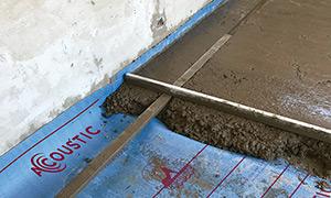 Una vez que se ha enrasado el contrapiso y la carpeta, puede procederse a cortar el excedente de membrana con una trincheta.