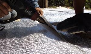 Se puede termosoldar varios rollos (2 o 3) en el piso y luego colocarlos, ahorrando tiempo de instalación.