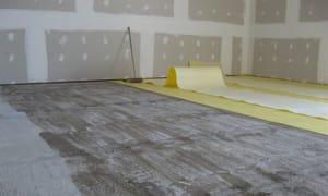 Se procede a extender longitudinalmente el rollo de la base para alfombras a fin de presentarlo sobre la superficie a cubrir.