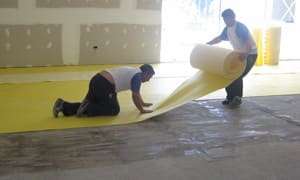 Extienda y presione fuertemente el Base para Alfombras ISOLANT contra el piso para evitar que queden pliegues o partes sin adherir.