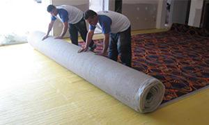 Antes de colocar la alfombra nos tenemos que asegurar que el piso no presente irregularidades ni problemas de humedad, función que cumple nuestra Base para Alfombras ISOLANT actuando como base niveladora y barrera de humedad.