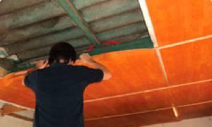 Continúe colocando el resto de los rollos de Isolant Cedro NET® de la misma manera: fijándolo a los bastidores de la pared, a la viga del techo y termosoldando las uniones.
