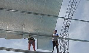 Sobre las correas estructurales presentar el rollo en el mismo sentido que las chapas de la cubierta. ¡No hace falta colocar una malla de sostén o tramado de alambre!