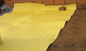 Se presentan los rollos sobre la losa o carpeta (previamente libre de restos de material), simplemente apoyados, solapándolos uno con el otro, entre 7 a 10cm.