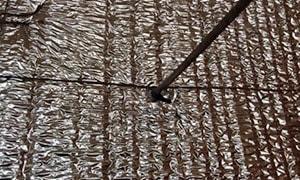 Se presentan las placas de Ondusec Reflex® en forma vertical y se instalan de modo que son perforadas por los insertos.