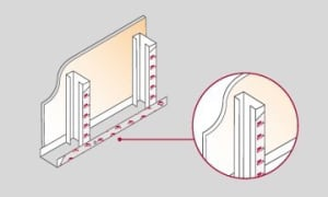 Para optimizar la aislación acústica y evitar condensaciones por diferencia de temperaturas, aplicar sobre los laterales de los montantes que estarán en contacto con las placas internas o externas de terminación.