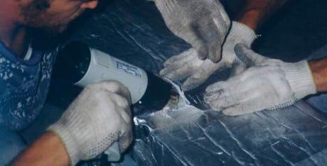 Se coloca en el exterior de los conductos permitiendo quedar el aislante a la intemperie protegido por su cara de aluminio puro reforzado. Permite ser adhesivado por medio de pegamentos de doble contacto sin perjudicar las condiciones de la espuma. También se pueden unir las espumas por termosoldado con una pistola de aire caliente. En la sujeción contra el conducto se puede utilizar zunchos, cintas o demás formas tradicionales.