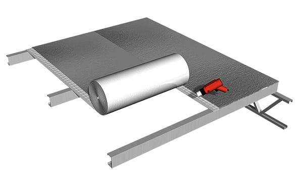 Se puede termosoldar rollo a rollo sobre la estructura o unir varios rollos en el piso y luego colocarlos, ahorrando tiempo de instalación.