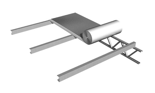 Presentar los rollos de ALU FUSION NET directamente sobre las correas del techo con la cara de aluminio mirando hacia arriba.