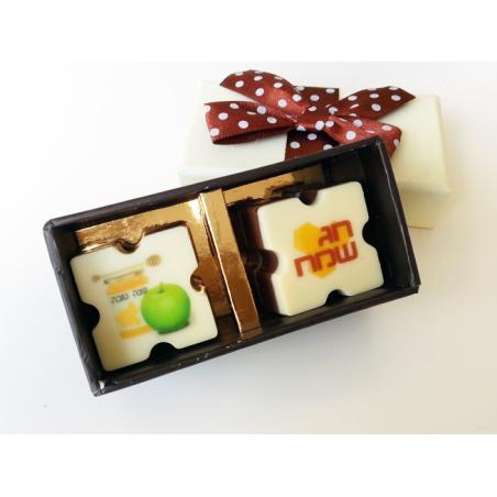 זוג פרלינים ממותגים בקופסת מתנה מהודרת