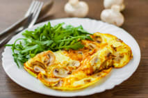 Omeleta s pórom a rukolou