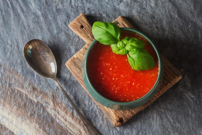 Rajčatová polévka s bazalkou a rýžovými zrny