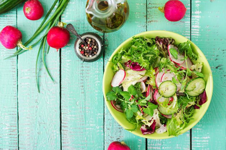Zeleninový salát s okurkou a bílou ředkví