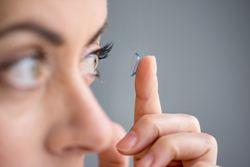 Cara Mengatasi Mata Belekan dengan Menghindari Lensa Kontak