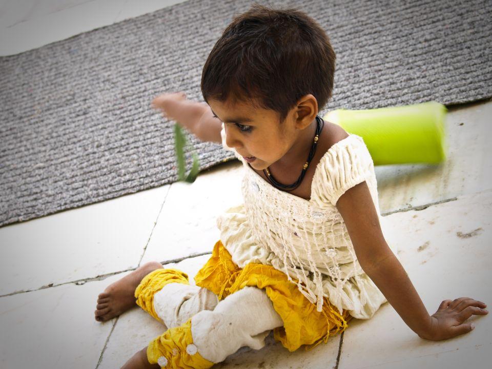 Nenita india jugando en el Taj Mahal