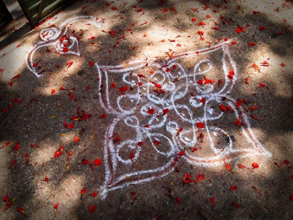 En cada puerta de Bangalore pueden verse estos dibujos en el suelo, entendimos que debe de ser alguna supestición