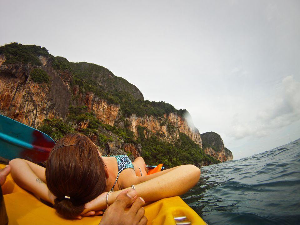 Acantilados de Koh Phi Phi vista de kayak