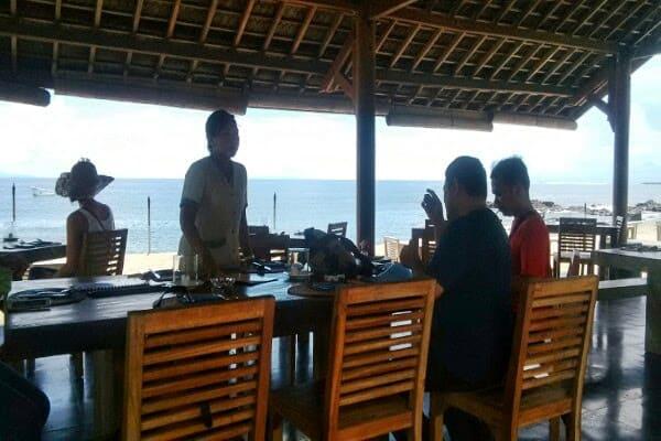 Ngopi sambil menikmati pemandangan birunya Pantai Senggigi di Kafe Alberto