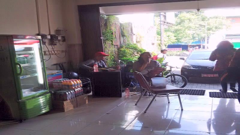 Dua pemusik sedang menghibur pengunjung di rumah makan ayam goreng Bu Tini