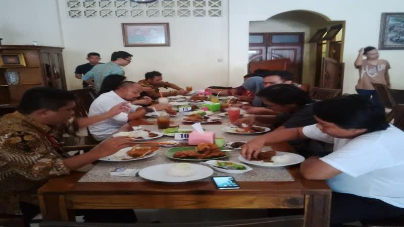 Makan ramai-ramai di Ayam Goreng Bu Tini. Harganya tak menguras kantong