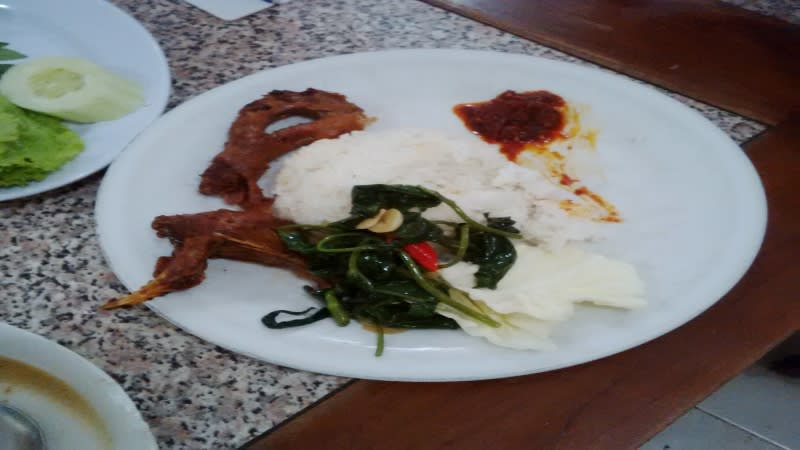 Rumah makan Ayam Goreng Bu Tini hanya menyediakan daging ayam kampung