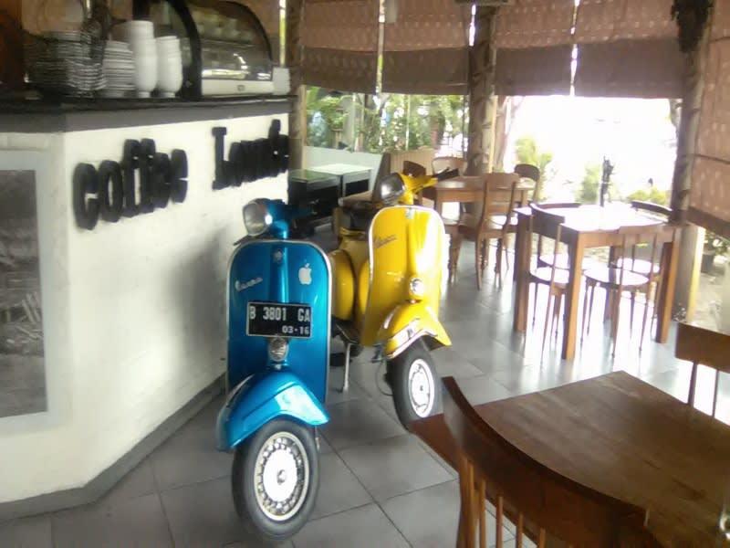 Dua motor vespa antik di kafe D'7uan