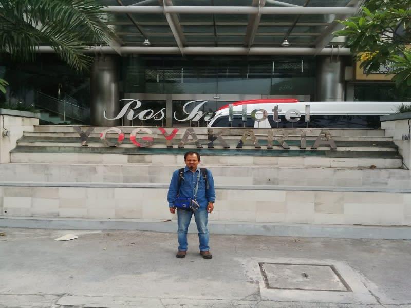 Penulis 'narsis' depan Hotel Rose In Bantul