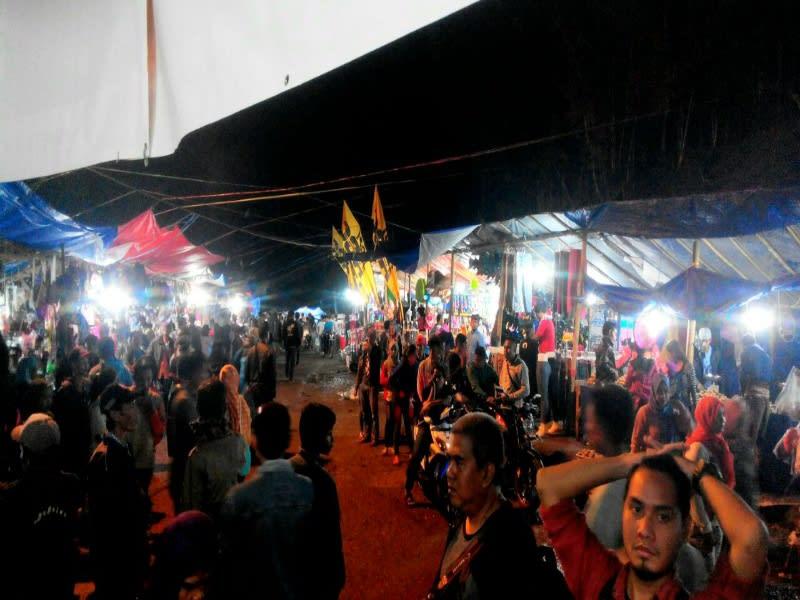 Suasana pasar rakyat di acara Seren Taun Desa Adat Cisungsang, Lebak Banten