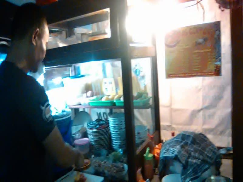 Mang En sedang meracik empal gentong pesanan pelanggannya