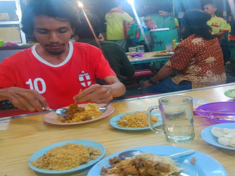 Makan nasi goreng plus sate kerang di warung nasi goreng Julia Sari